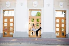 Yoga de la calle: Natarajasana Fotos de archivo libres de regalías