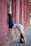 Yoga de la calle: posición del pino Foto de archivo libre de regalías