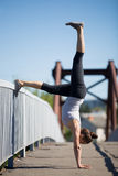 Yoga de la calle: Variación de Adho Mukha Vrikshasana Fotografía de archivo