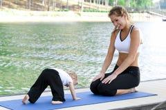 Yoga de la hija de la mama Imagen de archivo