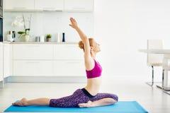 Yoga de la mañana en casa imagen de archivo