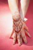 Yoga de la mano con mehendi marrón de la alheña armonía Fotos de archivo