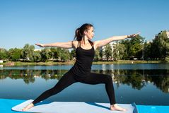 Yoga de la mujer Imagenes de archivo