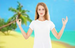 Yoga de la mujer blanca que practica y que medita por la playa en el fondo del verano - verano del zen fotografía de archivo