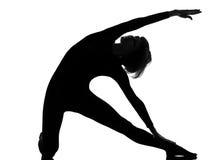 Yoga de la mujer de la actitud de la puerta del parighasana de la mujer Fotos de archivo libres de regalías