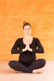 Yoga de la mujer embarazada foto de archivo