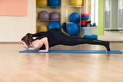 Yoga de la mujer en Bakasana Crane Pose, actitud del cuervo Imagen de archivo libre de regalías