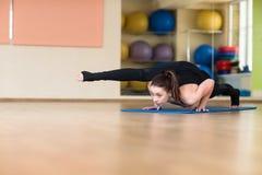 Yoga de la mujer en Bakasana Crane Pose, actitud del cuervo Foto de archivo