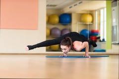 Yoga de la mujer en Bakasana Crane Pose, actitud del cuervo Fotos de archivo