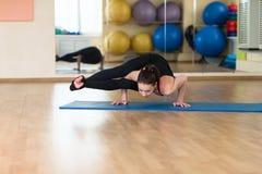 Yoga de la mujer en Bakasana Crane Pose, actitud del cuervo Imágenes de archivo libres de regalías