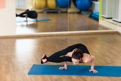 Yoga de la mujer en Bakasana Crane Pose, actitud del cuervo Fotos de archivo libres de regalías