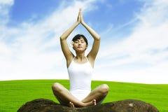 Yoga de la mujer en prado Fotografía de archivo libre de regalías