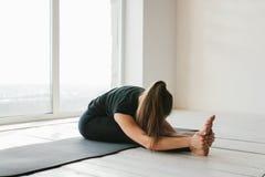 Yoga de la mujer hermosa joven y gimnástico practicantes Concepto de la salud Clases en solos deportes Fotos de archivo