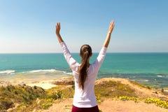 Yoga de la mujer joven en la playa del mar Foto de archivo libre de regalías