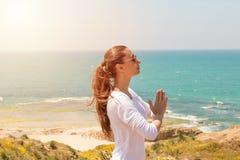 Yoga de la mujer joven en la playa del mar Fotografía de archivo libre de regalías