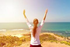 Yoga de la mujer joven en la playa del mar Imagen de archivo libre de regalías