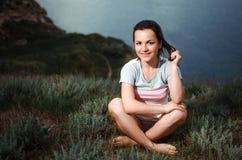 Yoga de la mujer - relájese en naturaleza Imagen de archivo libre de regalías