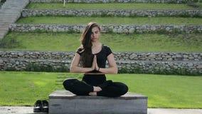 Yoga de la mujer, salud y concepto practicantes de la salud metrajes