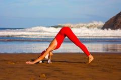 Yoga de la Navidad en la playa fotos de archivo libres de regalías