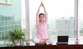 Yoga de la oficina Fotos de archivo