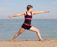 Yoga de la playa Fotos de archivo libres de regalías