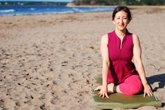 Yoga de la playa foto de archivo