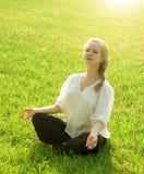 Yoga de la práctica al aire libre Fotos de archivo