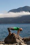 Yoga de la práctica de la mujer foto de archivo libre de regalías