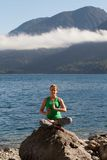 Yoga de la práctica de la mujer imagenes de archivo