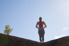 Yoga de la práctica de la mujer imagen de archivo libre de regalías