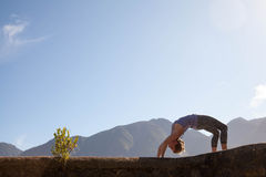 Yoga de la práctica de la mujer fotografía de archivo