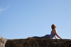 Yoga de la práctica de la mujer fotos de archivo