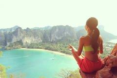 yoga de la práctica de la mujer en el acantilado de la roca de la playa Fotografía de archivo libre de regalías