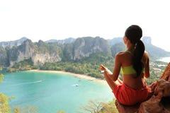 yoga de la práctica de la mujer en el acantilado de la roca de la playa Fotos de archivo