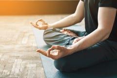 Yoga de la práctica del hombre Fotos de archivo libres de regalías