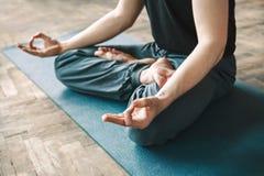 Yoga de la práctica del hombre Fotografía de archivo