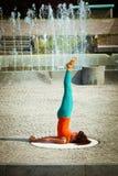 Yoga de la práctica de la mujer joven al aire libre Imagen de archivo