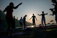 Yoga de la silueta de la salida del sol en la playa Turquía Foto de archivo libre de regalías