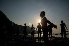 Yoga de la silueta de la salida del sol en la playa Turquía Fotografía de archivo