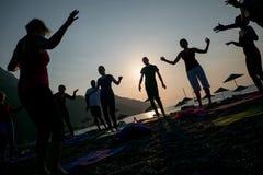 Yoga de la silueta de la salida del sol en la playa Turquía Imagen de archivo libre de regalías