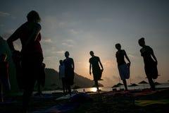 Yoga de la silueta de la salida del sol en la playa Turquía Foto de archivo