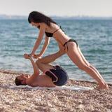 Yoga de los pares Foto de archivo libre de regalías