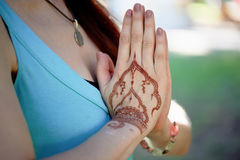 Yoga de main avec le mehendi brun de henné harmonie photos libres de droits