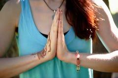 Yoga de main avec le mehendi brun de henné harmonie Photographie stock