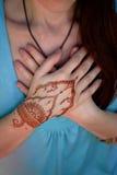 Yoga de main avec le mehendi brun de henné harmonie Images libres de droits