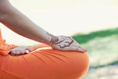 Yoga de main avec le mehendi brun de henné harmonie Image libre de droits