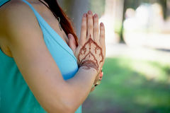 Yoga de main avec le mehendi brun de henné harmonie Photo stock