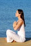 yoga de mer de relaxation Photographie stock libre de droits