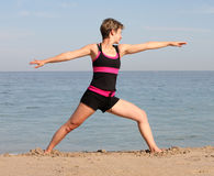 Yoga de plage Photos libres de droits