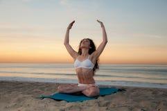 Yoga de plage photo libre de droits